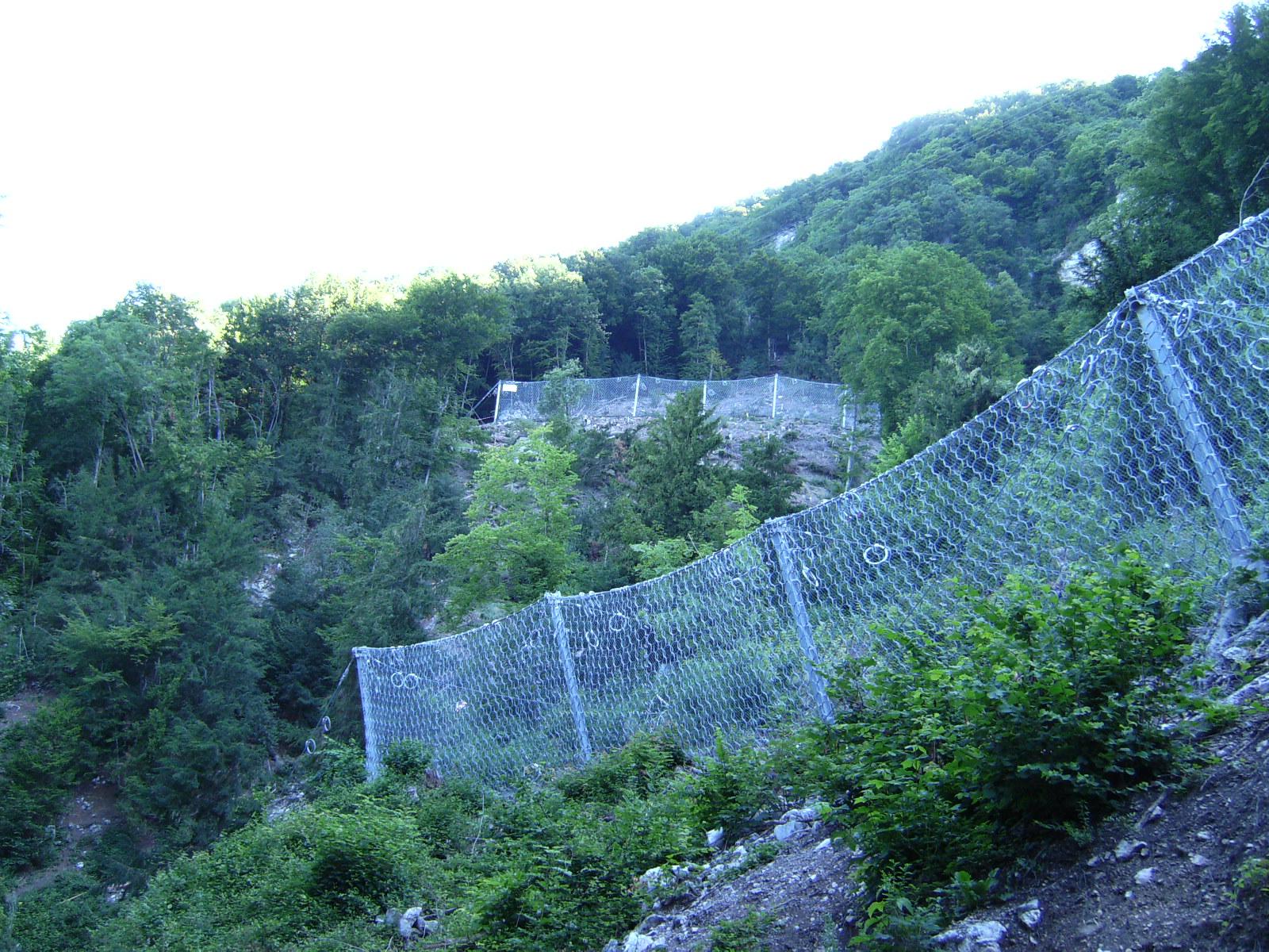 Ouvrages pare-pierres dans le versant au-dessus de Veytaux
