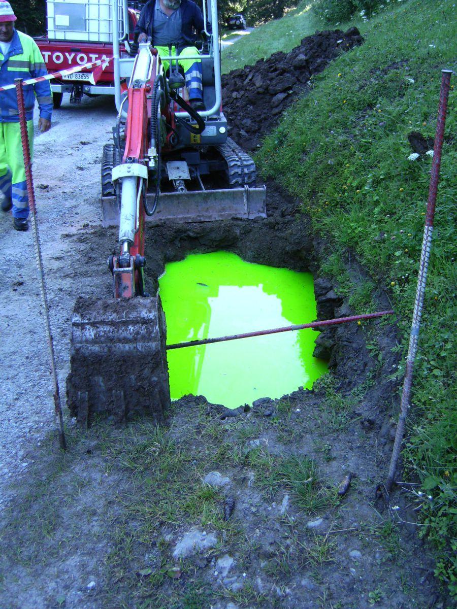 Essai de traçage (coloration) par fluorescéine en zone karstique.