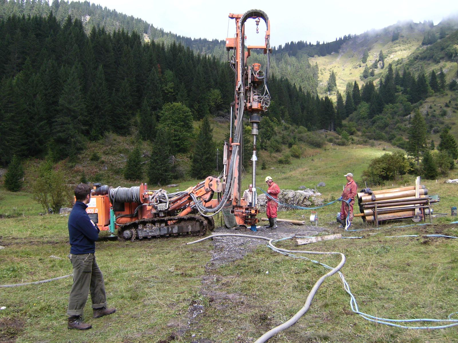 Prospection d'eau souterraine par forage vertical en zone de montagne.